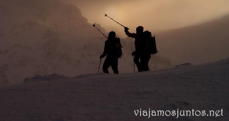 Eligiendo el camino entre la ventisca. Esquí de fondo, una ruta de senderismo y trineos, y mucha diversión en la nieve en Navacerrada, Sierra de Guadarrama, Parque Nacional. Madrid