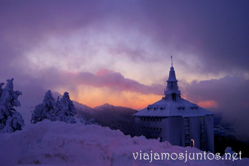 Amanecer desde el puerto de Navacerrada. Esquí de fondo, una ruta de senderismo y trineos, y mucha diversión en la nieve en Navacerrada, Sierra de Guadarrama, Parque Nacional. Madrid