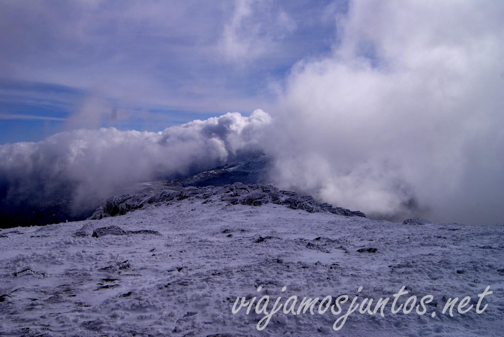 Nubes en Peñalara, el pico más alto de la comunidad de Madrid y Segovia. Ruta circular