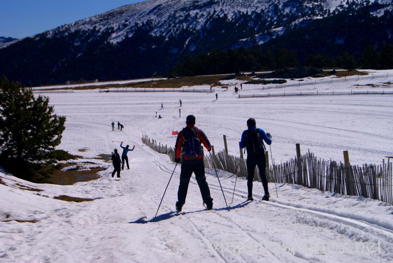 Hasta conseguimos bajar cuestas Esquí de fondo durante #MadTBNieve, @MadridTB Madrid Travel Bloggers en Parque Nacional de Guadarrama