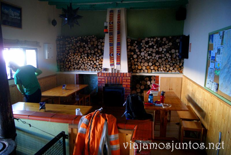 El comedor y sala de estar del refugio el Pingarrón Que hacer en la Sierra de Guadarrama, donde alojarse y comer