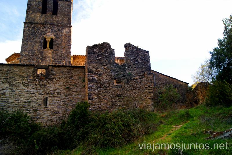 La parte de atrás de la iglesia Ruta circular Camping el Puente - Rodellar. Huesca, Aragón.