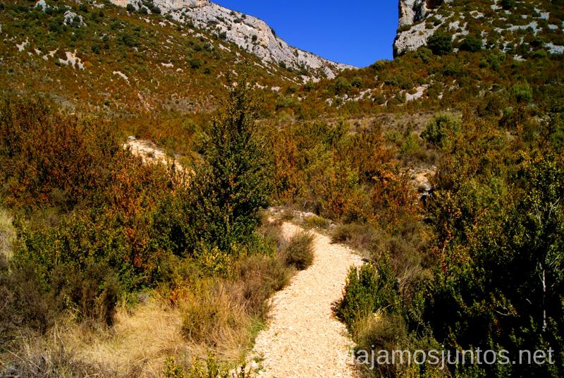 Roca suelta del camino se cambia por una senda de tierra Ruta circular Rodellar - pueblo abandonado Otín - Rodellar. Vistas del barranco Mascún, Dolmen Losa Mora