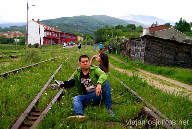 Posando en las vías de tren Hervás, Extremadura, que ver y hacer. Pueblos con encanto