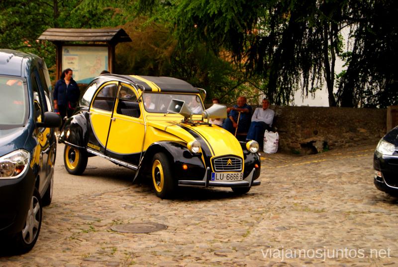 Coche amarillo y abuelos contentos Hervás, Extremadura, que ver y hacer. Pueblos con encanto