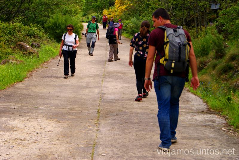 Gente imitando a Denys en la bajada para aliviar la presión en las rodillas Ruta de la Chorrera, Hervás, Extremadura.