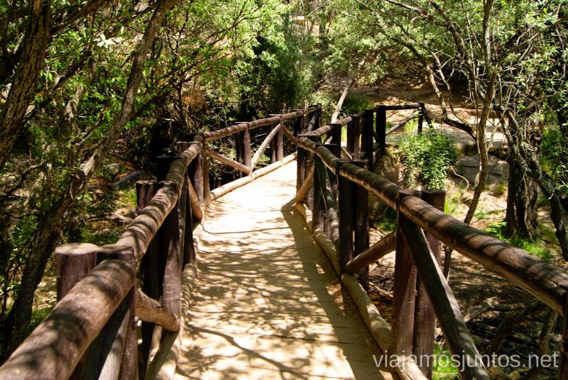 Cruzar el puente Ruta circular por La Pedriza, Parque Regional de la Cuenca Alta del Manzanares, Madrid