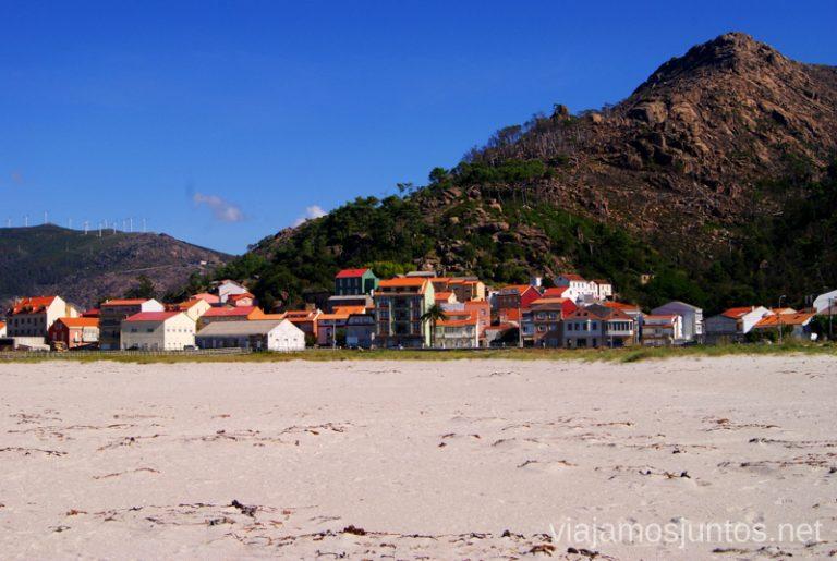 Las casitas de colorines en O Pindo Mejores playas de la Costa da Morta, Galicia