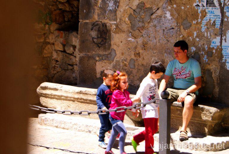 Denys se siente como en casa en Garganta la Olla, muy natural ¿verdad? Ruta de mediodía al Monasterio de Yuste y pueblo-conjunto artístico Garganta la Olla, Extremadura