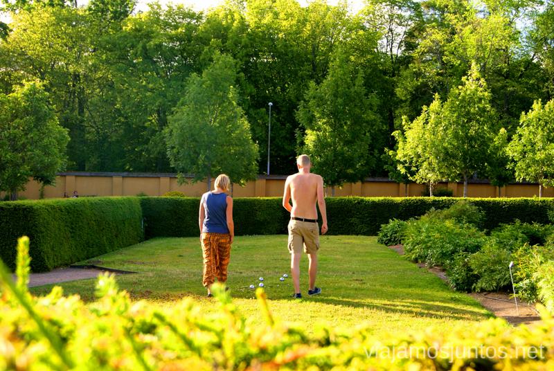 Los suecos se lo pasan muy bien en el Jardín Botánico Que ver y que hacer en Uppsala, Suecia. Atracciones turísticas. Visitas.