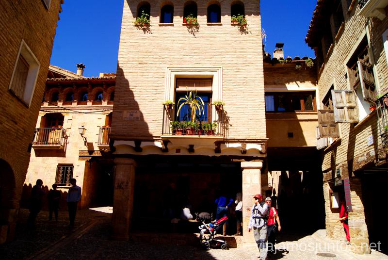Plaza Mayor Que ver y que hacer en Alquezar, Huesca, Aragón.