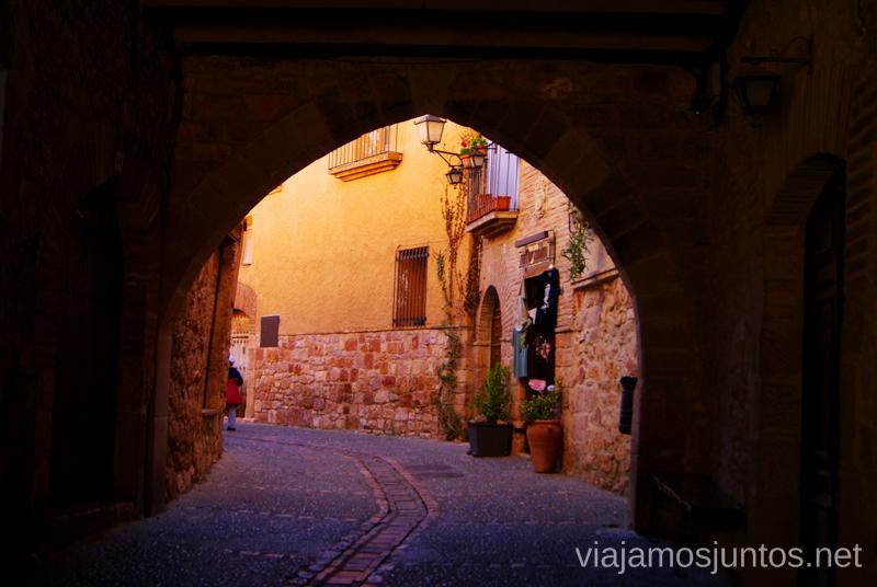 Una de las entradas a l a ciudad: Portada Gótica Que ver y que hacer en Alquezar, Huesca, Aragón.