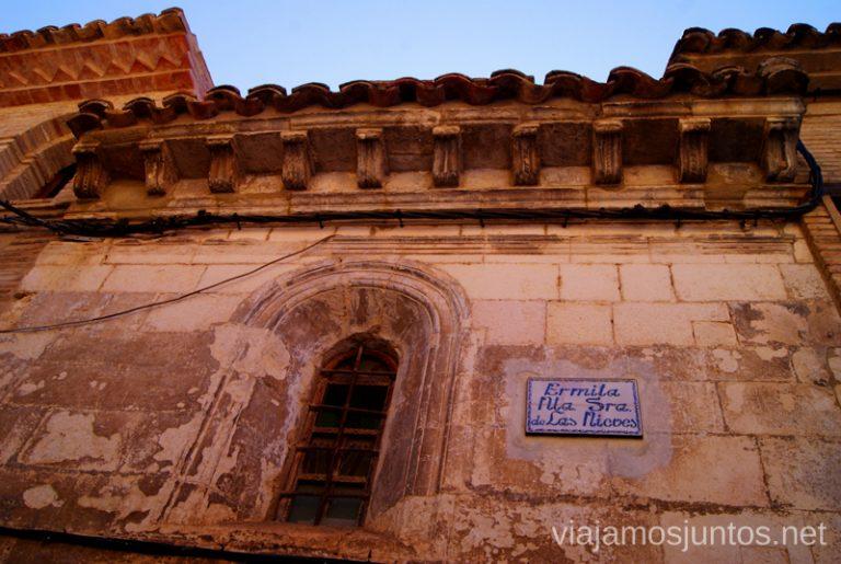 Iglesia, atrapada entre casas Que ver y que hacer en Alquezar, Huesca, Aragón.