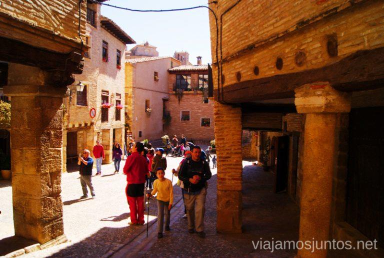 La plaza Mayor Que ver y que hacer en Alquezar, Huesca, Aragón.