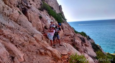 El tramo vertiginoso Ruta desde Les Rotes hasta laa Cueva Tallada a pie. Denia. Valencia