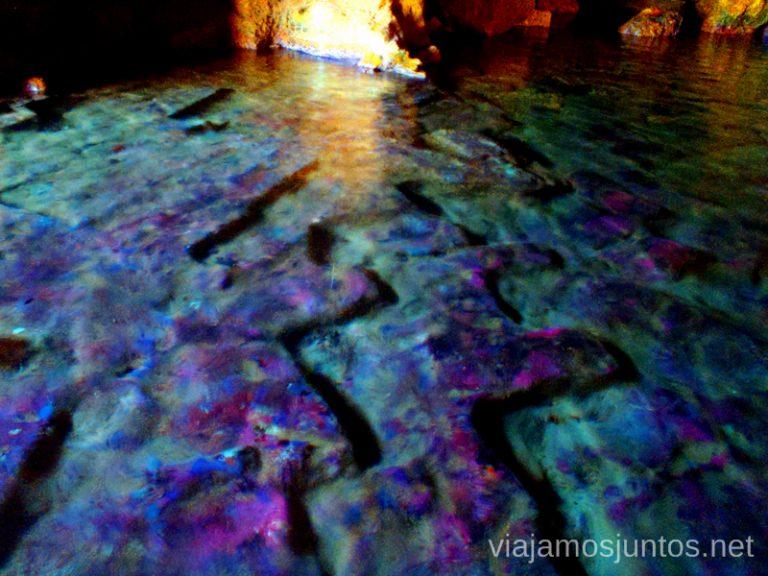 La violeta intensa del fondo Ruta desde Les Rotes hasta laa Cueva Tallada a pie. Denia. Valencia