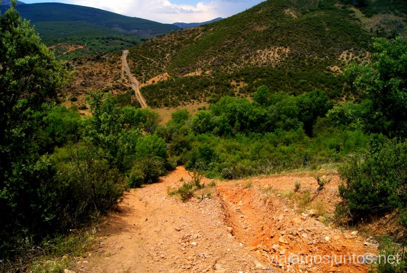 Ante la bajada. Al otro lado se ve la subida Ruta Circular Las Pozas del Aljibe. El Espinar. Pueblos Negros de Guadalajara