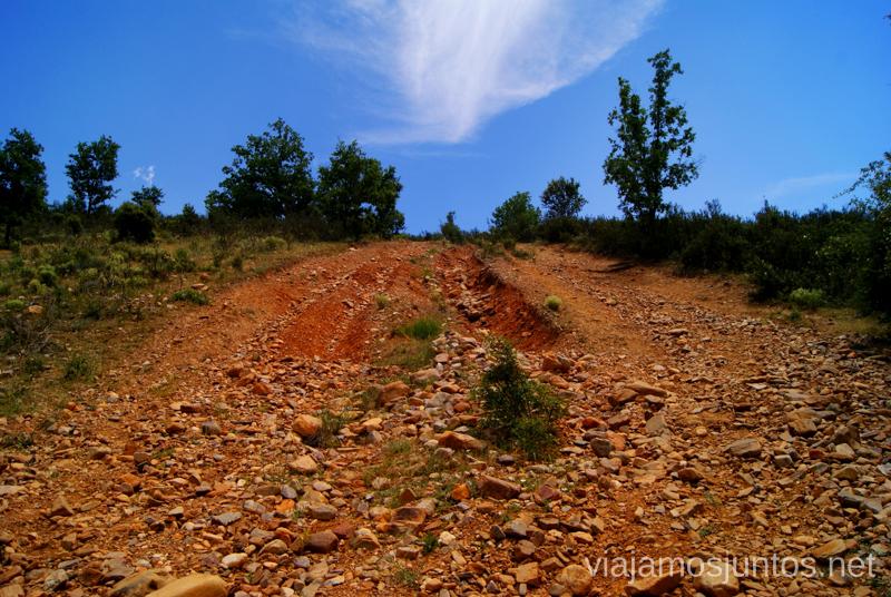 El camino accidentado Ruta Circular Las Pozas del Aljibe. El Espinar. Pueblos Negros de Guadalajara