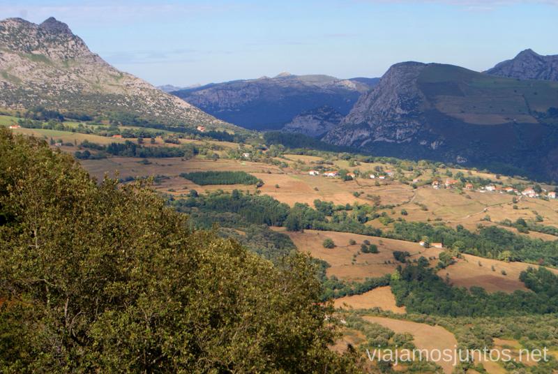 Vistas desde el mirador de Aja Ruta circular en coche alrededor del Valle de Soba, Cantabria