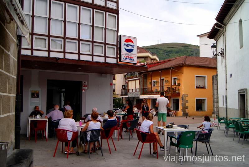 Plaza central de Ramales de la Victoria Ruta circular en coche alrededor del Valle de Soba, Cantabria