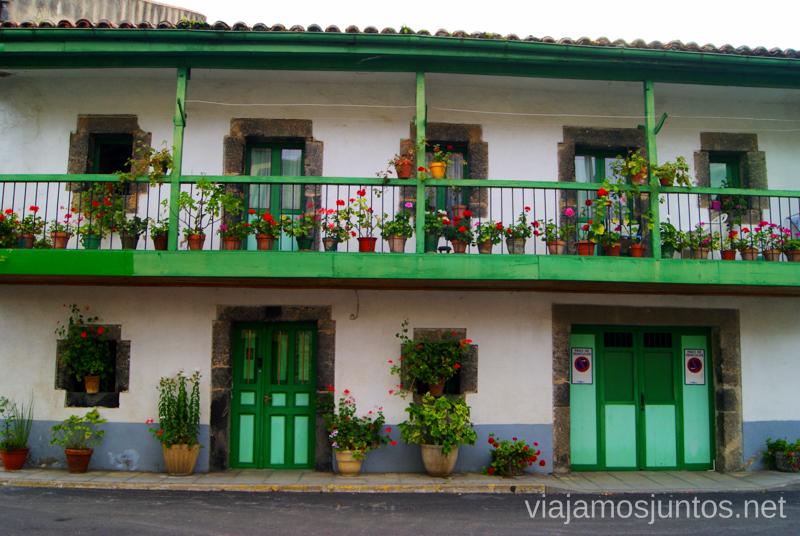 Un edificio muy... verde en Ramales de la Victoria Ruta circular en coche alrededor del Valle de Soba, Cantabria