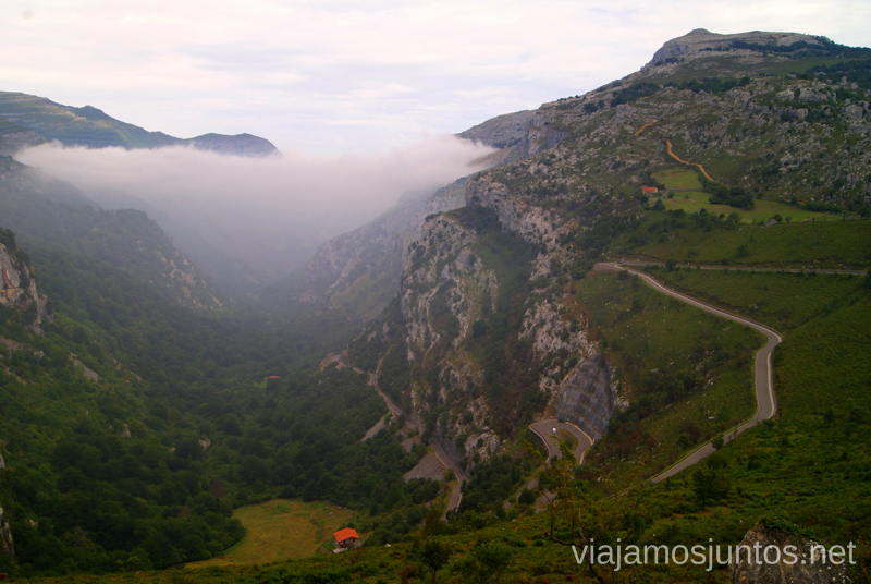 Desde el mirador de los Collados del Asón, en niebla Ruta circular en coche alrededor del Valle de Soba, Cantabria