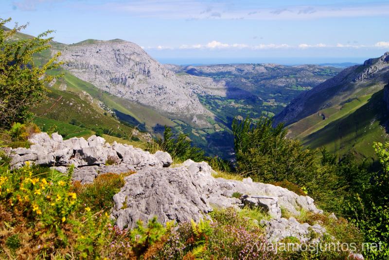 Roca, vegetación y cielo Ruta circular Vuelta a Colina, Parque Natural de los Collados del Asón, Cantabria
