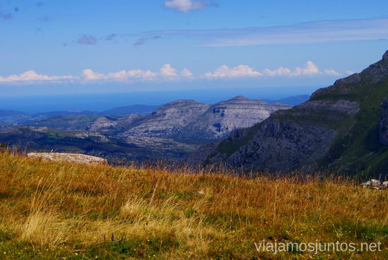 Azul intenso del cielo Ruta circular Vuelta a Colina, Parque Natural de los Collados del Asón, Cantabria