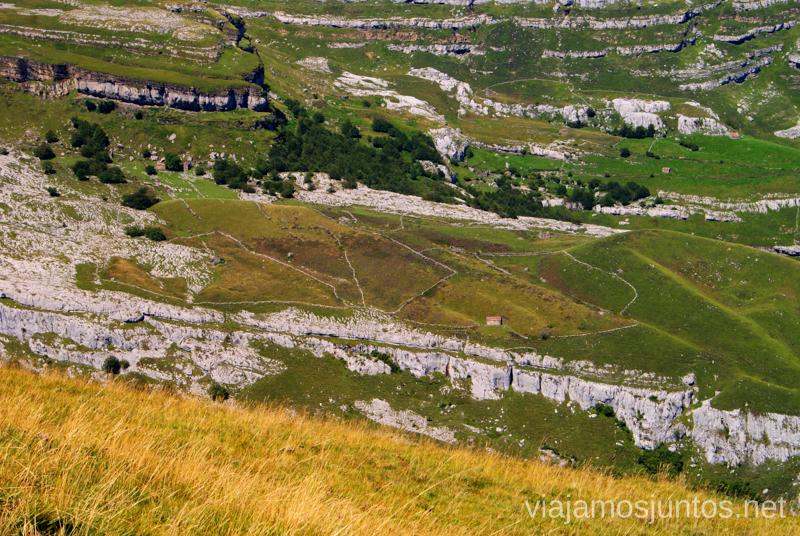 Cabañas del otro lado Ruta circular Vuelta a Colina, Parque Natural de los Collados del Asón, Cantabria