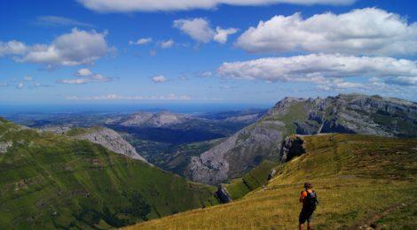 Mar Cantábrico al fondo... Ruta circular Vuelta a Colina, Parque Natural de los Collados del Asón, Cantabria
