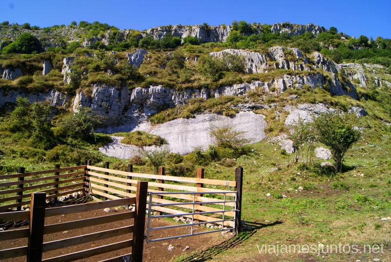 Dejamos esta construcción a nuestra izquierda Ruta circular Vuelta a Colina, Parque Natural de los Collados del Asón, Cantabria