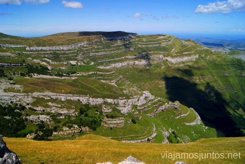 El paisaje de la Ruta de la Vuelta a Colina Ruta circular Vuelta a Colina, Parque Natural de los Collados del Asón, Cantabria