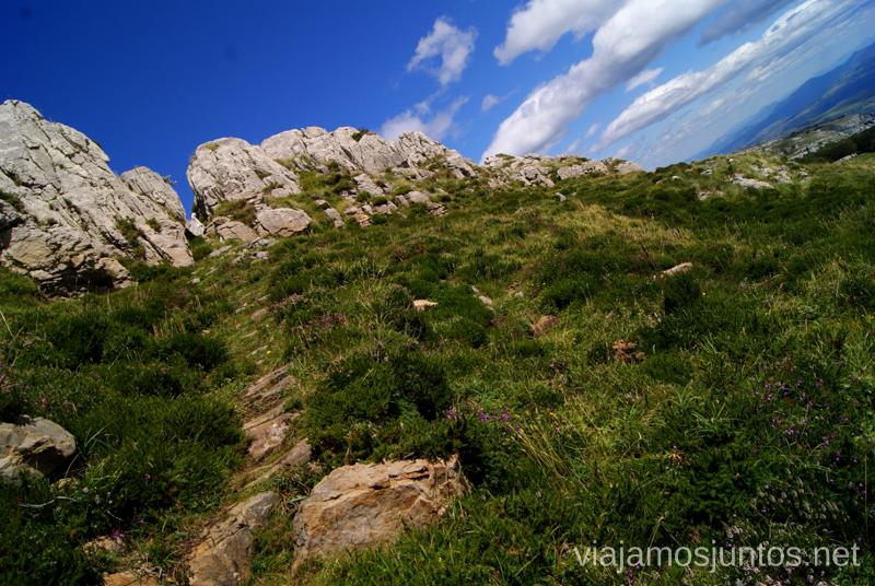 El pasadizo estrecho, y único para seguir la ruta Ruta circular Vuelta a Colina, Parque Natural de los Collados del Asón, Cantabria