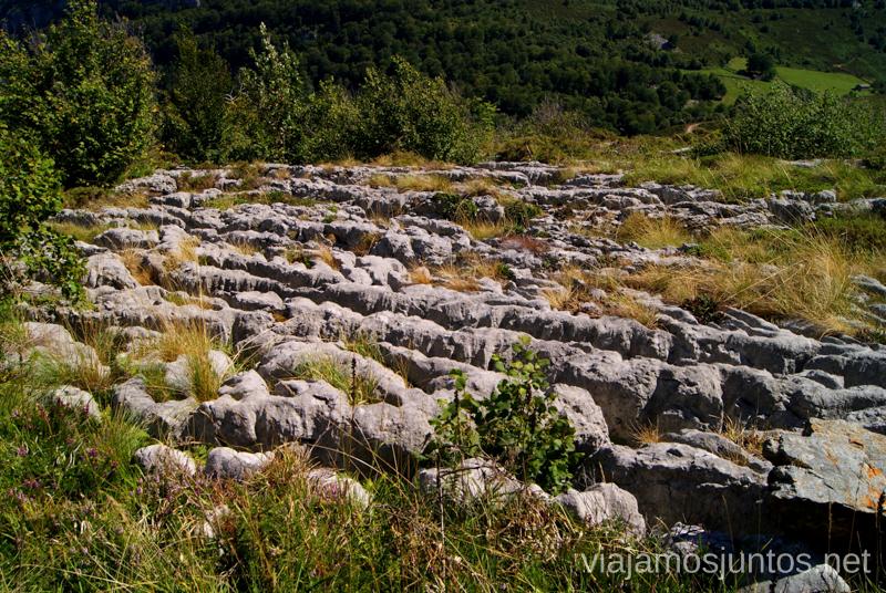 Las famosas grietas, lapiaces, Ruta circular Vuelta a Colina, Parque Natural de los Collados del Asón, Cantabria