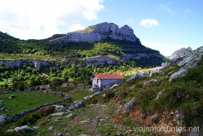 Las Campanas y una cabaña Ruta circular Vuelta a Colina, Parque Natural de los Collados del Asón, Cantabria