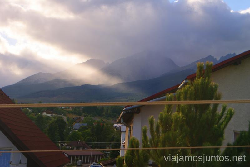 Vistas a la montaña desde la ventana de la Pensión High Tatras Trekking en los Altos Tatras, Eslovaquia High Tatras, Slovaquia #EslovaquiaJuntos Información práctica