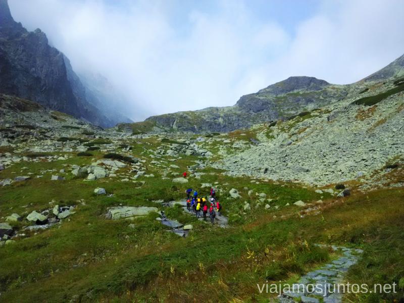 Grupos de gente con guía entre Velické Pleso (Lago Grande) y Kvetnicové Pleso (Lago de las Flores) Trekking en los Altos Tatras, Eslovaquia High Tatras, Slovaquia #EslovaquiaJuntos Parte III Diario