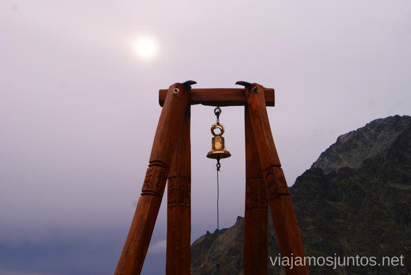 En caso de niebla muy densa, se toca la campana del refugio Zbpjnicka Chata, para que la gente sepa dónde ir Trekking en los Altos Tatras, Eslovaquia High Tatras, Slovaquia #EslovaquiaJuntos Parte III Diario