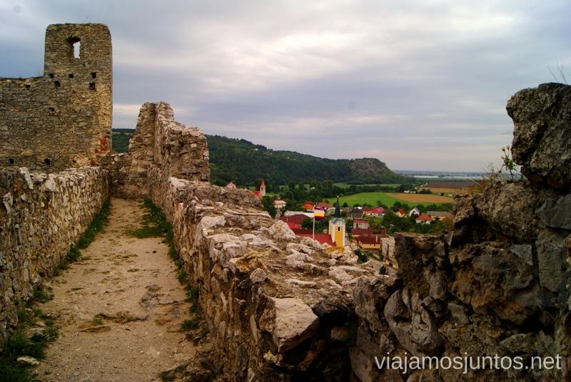 Paseando por la muralla del castillo de Becov Castillos de Eslovaquia, Slovakia, #EslovaquiaJuntos Que ver y que hacer