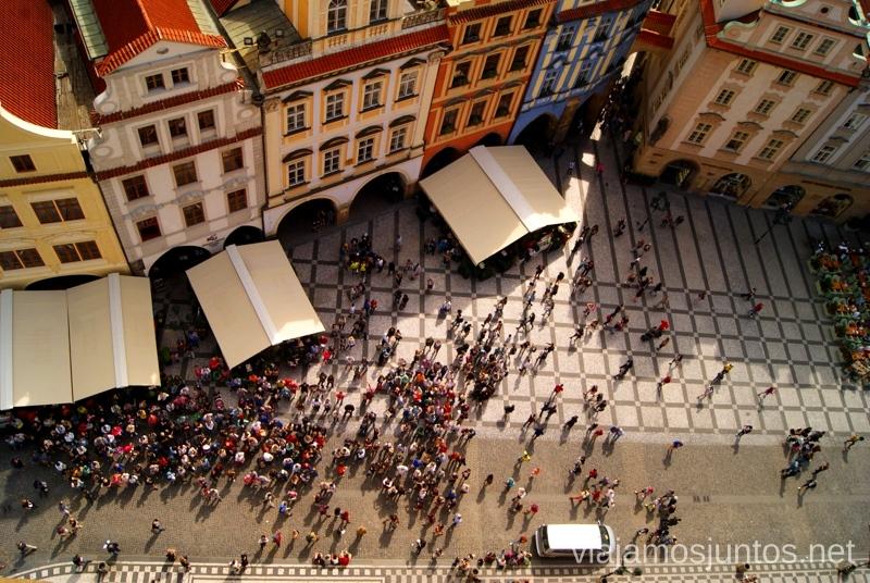 Gente esperando al espectáculo del reloj astronómico Vistas panorámicas de Praga, República Checa