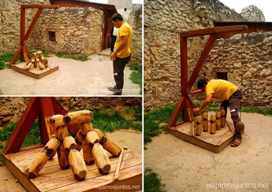 Jugando a bolos medievales en el castillo de Becov Castillos de Eslovaquia, Slovakia, #EslovaquiaJuntos Que ver y que hacer