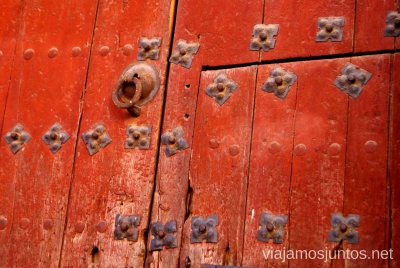 Detalle de la puerta de la iglesia Un itinerario de un día por Almodóvar del Campo, Ciudad Real, Castilla-la Mancha Que ver y que hacer