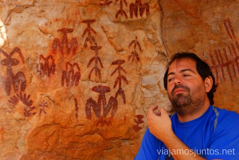 Escuchando las explicaciones de Madrona Activa en Peña Escrita Descubriendo el Edén de la Mancha, el parque natural del Valle de Alcudia y Sierra Madrona