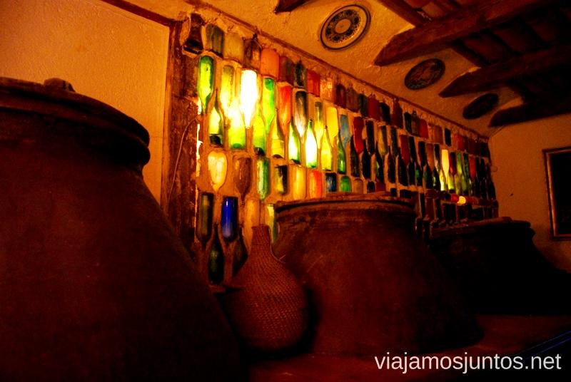 Bodega con botellas pintadas en la Casa-Museo Alfredo PalmeroUn itinerario de un día por Almodóvar del Campo, Ciudad Real, Castilla-la Mancha Que ver y que hacer