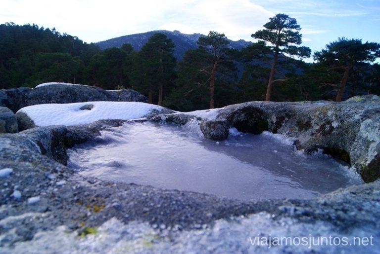 Pequeños lagos helados Ruta de las cascadas, Navacerrada, Sierra Guadarrama, Madrid. Nieve, río, cascaditas, vistas panorámicas