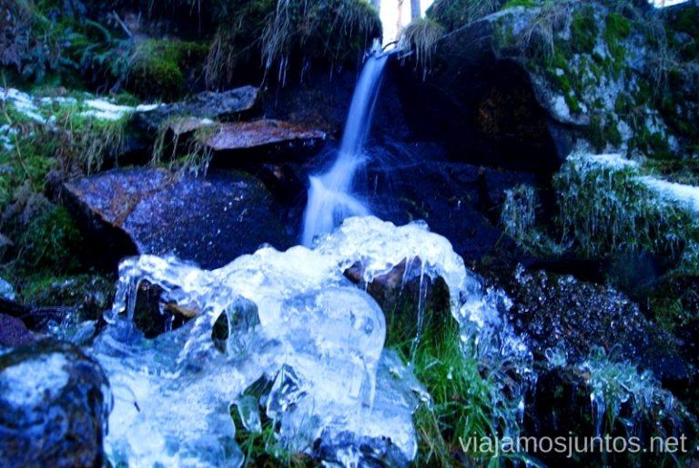 Cascada helada Ruta de las cascadas, Navacerrada, Sierra Guadarrama, Madrid. Nieve, río, cascaditas, vistas panorámicas