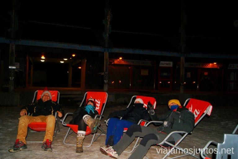 Muy cómodos a las 12 de la noche y con un frío... Viajar en autocaravana. Trucos y consejos. Primera vez.