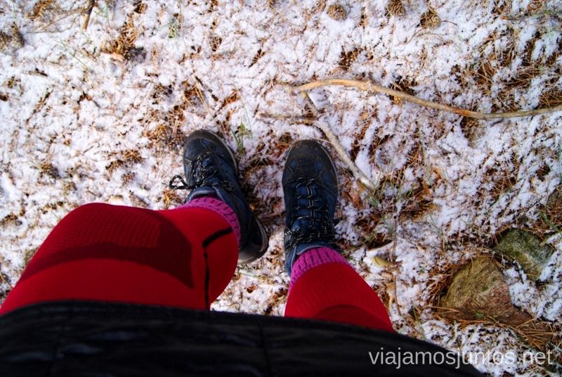 Malla térmica (Lidl), falda-plumas (Decathlon), calcetín (Decathlon), bota (HiTec) Caminatas de invierno. Cómo vestirse barato para rutas de invierno no tener frío.