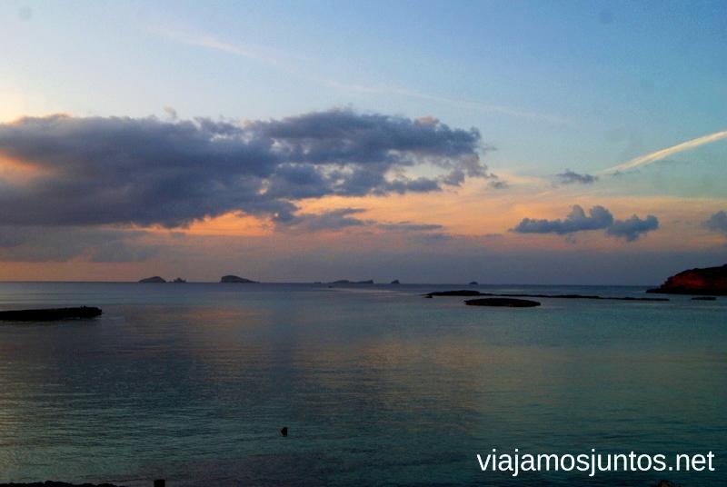 Desde la playa de Comte, vistas a islas pequeñas Nuestros atardeceres favoritos de Ibiza Donde ver puesta de sol en la isla de Ibiza