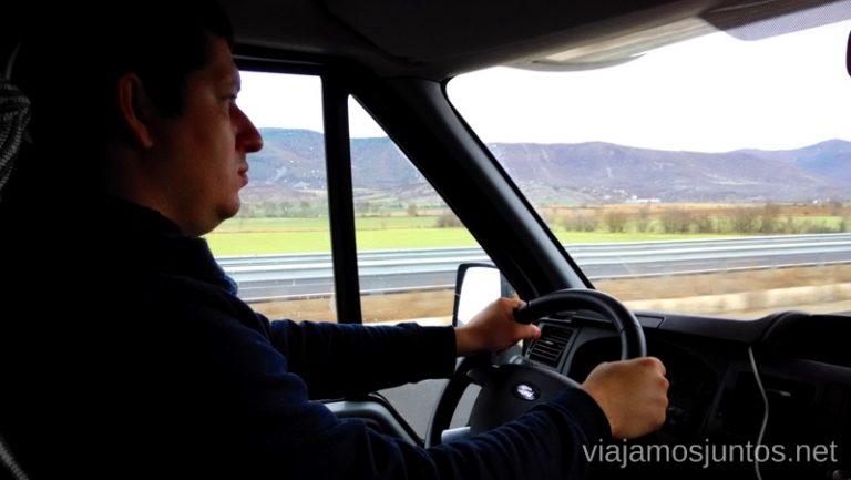¿Alguien ha visto a Denys tan serio alguna vez? Pues, ya sabéis: conducir una autocaravana no es nada fácil Viajar en autocaravana. Trucos y consejos. Primera vez.